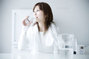 水分を摂る女性