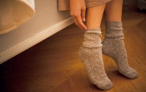 靴下をはいている足