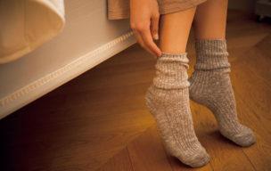靴下を履く女性